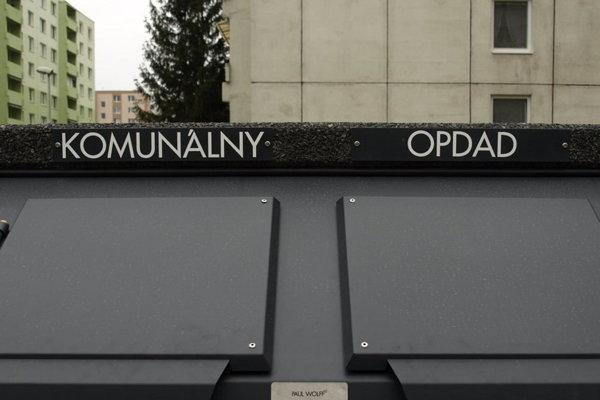 Prvé kryty na kontajneri sa v ulicicahc mesta objavili vo februári aj s preklepom.