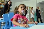Na snímke rómske dieťa kreslí počas brífingu v nemocnici Svet Zdravia v Trebišove.