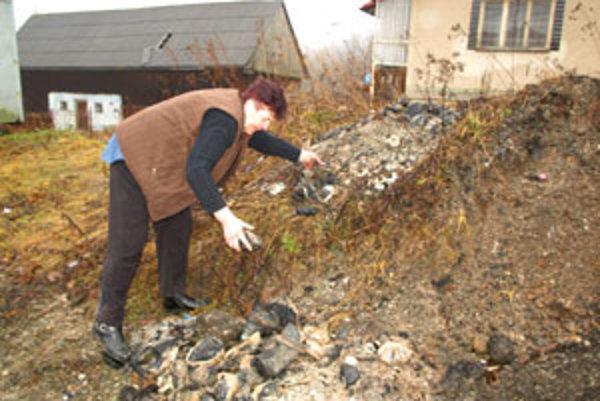 Anna Pitáková vyhadzuje na skládku popola celé kusy uhlia. Nech robí, čo robí, uhlie nehorí. Takto sa dali na Orave Poliakom dobehnúť desiatky obyvateľov rodinných domov.