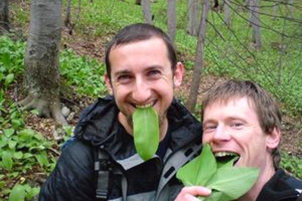 Jedna z obľúbených špecialít vegetariána Laca Rošteka (vpravo). Medvedí cesnak chutí podľa neho výborne samotný, ale aj na chlebe s maslom.