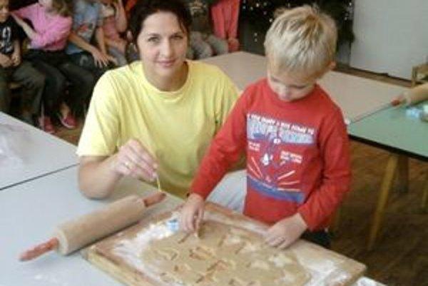 Škôlkari s pomocou pani učiteliek upiekli sladké medovníčky, ktorými potom vyzdobili vianočný stromček.