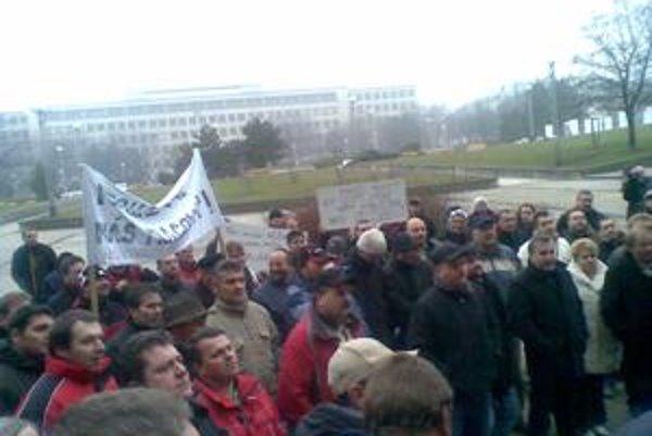 Medzi dopravcami, ktorí dnes protestovali pred ministerstvom dopravy v Bratislave, boli aj Oravčania.