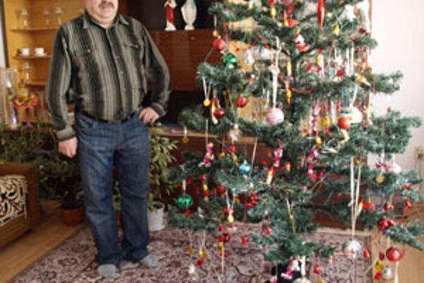 Jozef Zošák dlhé roky pracoval na polhorskej píle, no na strojárinu nikdy nezanevrel. Vianočný stromček sa im doma krúti už desať rokov.