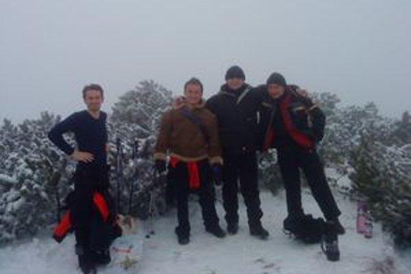 Aj kamaráti, zľava Jozef, Peter, Ján a Roman, napriek nepriaznivému počasiu silvestrovský výstup na Choč zvládli.