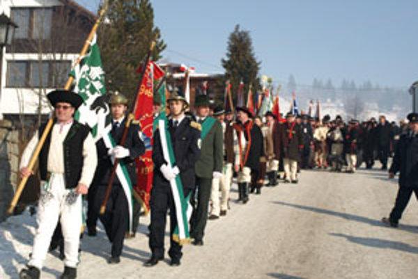 Sprievod štyroch stoviek slovenských, českých a poľských Goralov prešiel po omši dedinou až do kultúrneho domu v Oravskej Polhore.