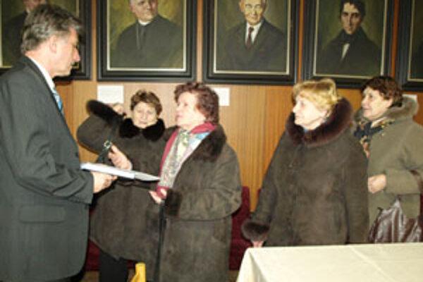Po tom, čo v zastupiteľstve prešla príprava Domu seniorov v Námestove, dôchodkyne osobne ďakovali primátorovi (vľavo) i poslancom.