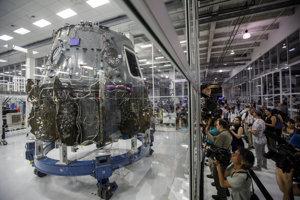 Kozmická loď Dragon 2 umiestnená v špeciálnej miestnosti, v ktorej sú extrémne nízke hladiny prachu, vzduchom prenášaných organizmov a odparených častíc.