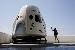 Účastník prehliadky základne SpaceX si fotí maketu vesmírnej lode Dragon 2.