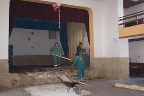 V zime Vasiľovčania pracujú v interiéri kultúrneho domu. V týchto dňoch prerábajú staré javisko. Čoskoro však bude kulturák vynovený aj zvonku.