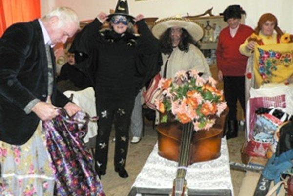 V Zázrivej sa do fašiangových masiek prezliekli členovia folklórnej skupiny Kýčera a dôchodcovia.
