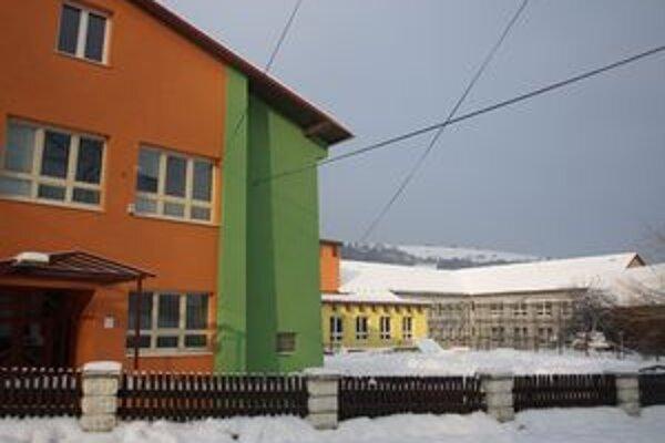 Väčšia časť školského komplexu je už zateplená a namaľovaná. Dorobiť treba ešte časť školy aj škôlky.