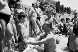 Prvý tajomník ÚV KSČS Alexander Dubček (uprostred, sediaci) na kúpalisku Santovka neďaleko Levíc 17.júna 1968.