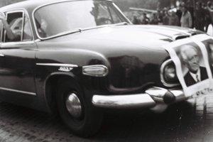 Plagáty Svobodu a Dubčeka na automobile - pre väčšinu obyvateľov Československa to boli v roku 1968 politické ikony-