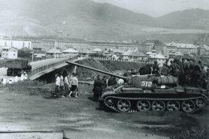 Sovietsky tank nad Baldovským mostom v Brezne.