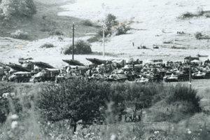 Okupačné vojská v blízkosti kasární v Brezne.