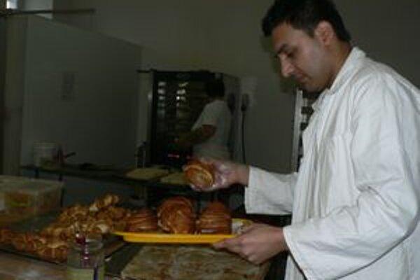 Marek Ištok - aj keď sa nevyučil za pekára, svoje remeslo miluje. Chlieb treba podľa neho piecť s láskou, inak ľuďom nebude chutiť.