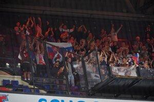 Fanúšikovia Trenčína sa radujú z postupu svojho tímu.
