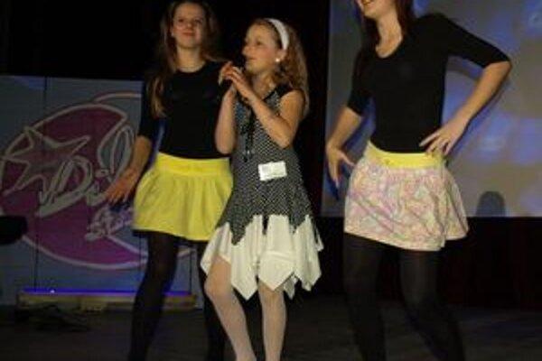 Trstenčanka Veronika Živčicová si na finále, v ktorom spievala pieseň Ó šaty, pripravila aj tanečnú choreografiu. Pri tej speváčke perfektne asistovali jej dve kamarátky.