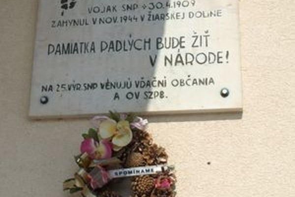 Na budove základnej školy je na počesť Jozefa Jašíka vyvesená pamätná tabuľa.