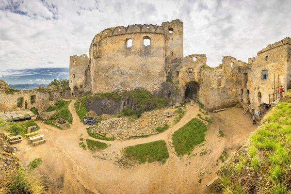 Lietavský hrad dnes patrí k najväčším a najkrajším zachovaným zrúcaninám na Slovensku.