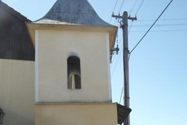 Zvonica v Horovciach sa podobá na šikmú vežu v Pise. Tiež sa nakláňa.