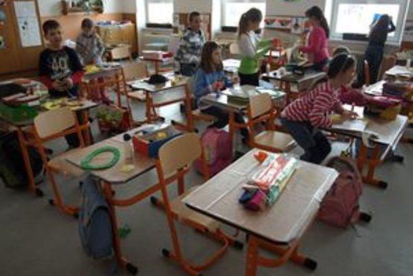 V dvoch triedach zábiedovskej základnej školy sedia deti v nových laviciach a na nových stoličkách.