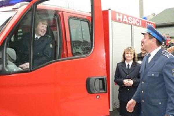 """Za volant novej hasičky si sadla aj predsedníčka dobrovoľných hasičov v Dlhej Helena Jendrišková. Šoférovanie však radšej prenechá svojim mužským kolegom. """"Nemám vodičský preukaz,"""" priznala dobrovoľníčka."""