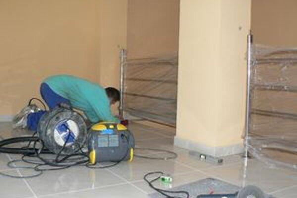 Obecný úrad v Jasenovej prechádza v týchto dňoch rozsiahlou obnovou.