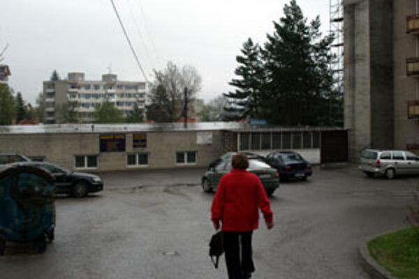 """Prízemnú budovu, v ktorej dnes sídli čistiareň, by chcel vlastník """"potiahnuť"""" do výšky. Ľudia aj magistrát sú proti."""