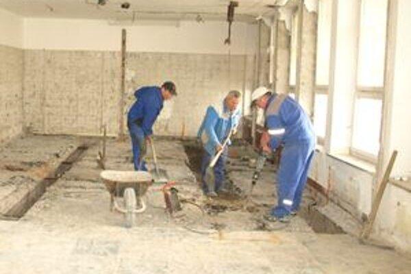 Chlapi rozbíjajú interiér kultúrneho domu. Po nich nastúpi stavebná firma.