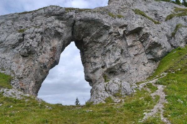 Monumentálna skalná brána