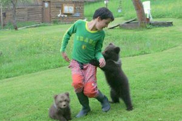 Medvieďatá strávili v zázrivskej rehabilitačnej stanici niekoľko týždňov. Dnes ich previezli do ZOO v Bojniciach.