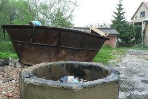 V tejto betónovej skruži údajne Ťapešovčania spaľujú smeti. S vedomím obecného úradu.