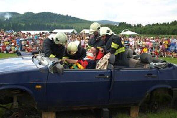 Hasiči predviedli ako pri nehodách pomáhajú ľuďom zakliesneným v havarovaných autách.