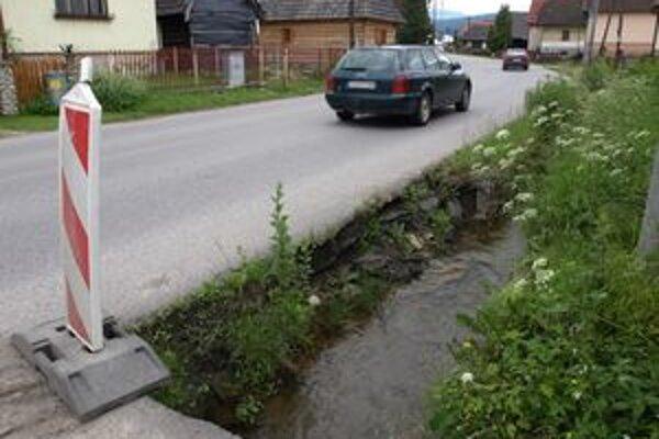 Krajnica sa zosúva do potoka.