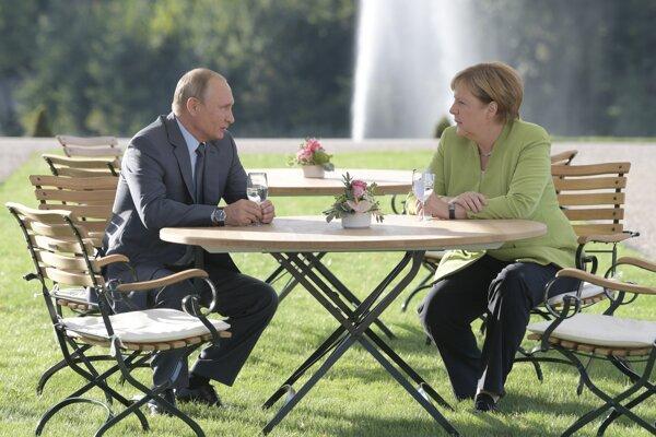 Ruský prezident Vladimir Putin a nemecká kancelárka Angela Merkel rokujú v nemeckom Mesebergu.