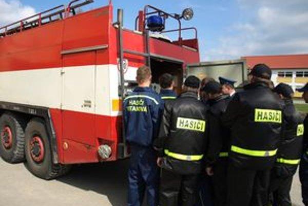 Klasické vitanovské hasičské obleky sú modré, od Poliakov dostali čierne.