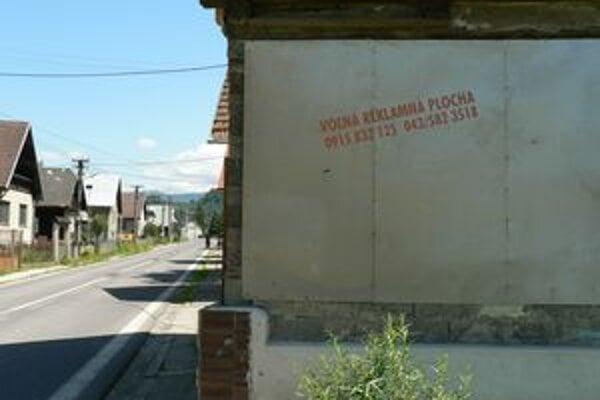Ak na umiestnenie pútača nemá jeho majiteľ stavebné povolenie, musí ho odstrániť. Platí to aj pre plochy na stenách rodinných domov.