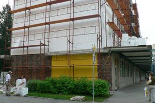 Dolnokubínčania sa sťažujú, že po stavebných robotníkoch zostáva okolo bytoviek neporiadok.