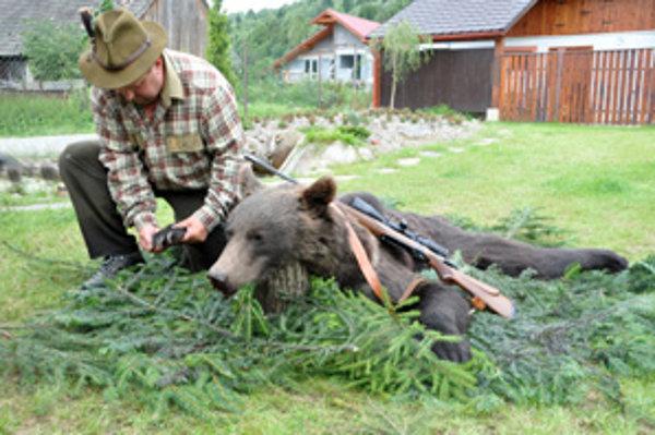Vypreparovanú kožu medveďa si poľovník dá pred krb.