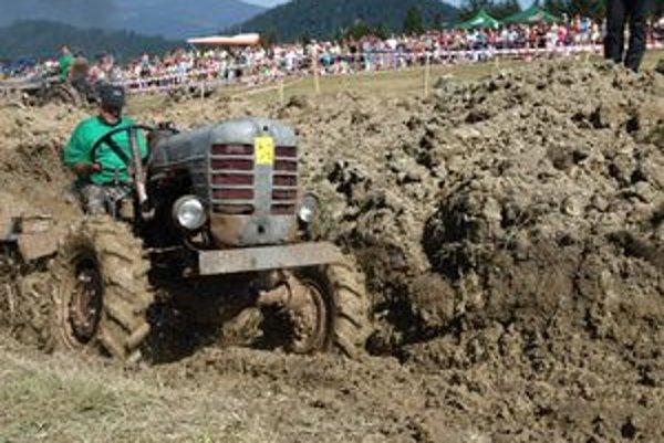 Jozef Majkút je stálym účastníkom pretekov. Jeho traktor bol tento rok najstarším – vyrobili ho v roku 1975. No jako jediný dokázal vytiahnuť svojich zapadnutých kolegov.