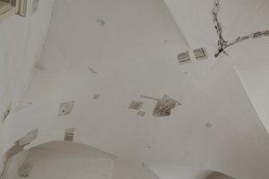 Gotická klenba s freskami pod omietkou v Kaplnke svätej Anny, ktorá je súčasťou historickej radnice.