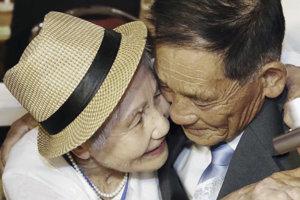 Išlo o veľmi emotívne stretnutia. Pre mnohých ľudí ide o poslednú šancu stretnúť sa s príbuznými. Na snímke je 92-ročná Lee Keum-seom z Južnej Kórey ako objíma svojho syna Ri Sang Chola (71).