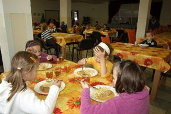 Deťom v nižnianskej školskej jedálni chutí. Množstvo jedla, ktoré im teraz kuchárky nakupujú, však často vychádza navnivoč.