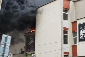 Požiarnici v Žiline bojujú s požiarom.