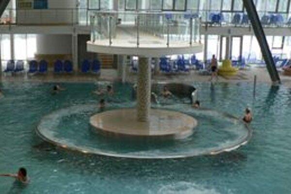 V bazéne s divokou riekou je diera, ani po viacerých odstávkach a prehliadkach sa ju stále nepodarilo nájsť.