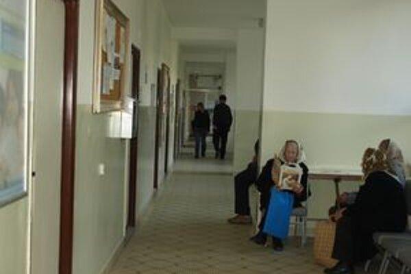 Dôchodcovia z Oravskej Polhory by uvítali, keby mali svojho lekára doma. Zatiaľ však musia dochádzať do susednej dediny.