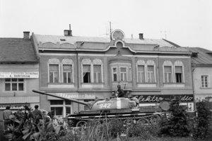 Československo takmer bez odporu obsadili vojská jeho spojencov v sile približne pol milióna vojakov, 6 300 tankov, 2 000 diel a 800 lietadiel.