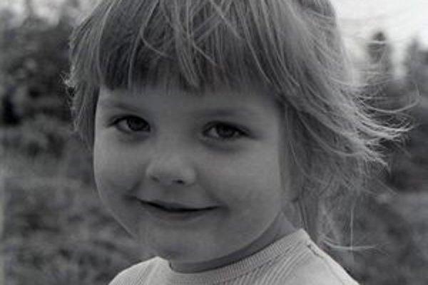 Oravská galéria pátra po dievčatku, dnes už žene, na tejto fotografii.