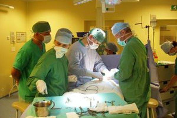 Prvý operačný zákrok v nových operačných sálach dolnokubínskej nemocnice vykonal chirurgický tím pod vedením primára Jána Neznámeho.